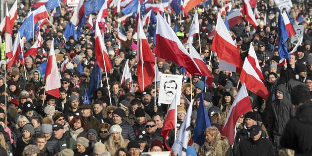 Eine Demonstration gegen die Regierungspartei PiS - immer mit dabei: Polen- und EU-Flaggen