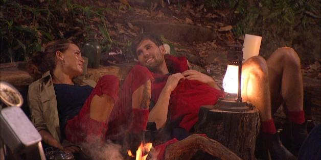 """Gina-Lisa Lohfink und Alexander """"Honey"""" Keen flirten bei der Nachtwache im Dschungelcamp."""