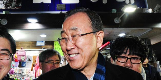반기문 전 유엔사무총장이 16일 오후 부산 국제시장 꽃분이네를 찾아 시민들과 인사를 나누고 있다.