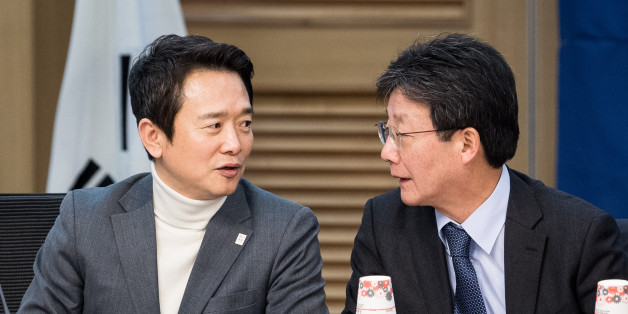 남경필 경기도지사(왼쪽)가 15일 서울 여의도 국회 의원회관에서 열린 바른정당 전체회의에 참석해 유승민 의원과 대화하고 있다.