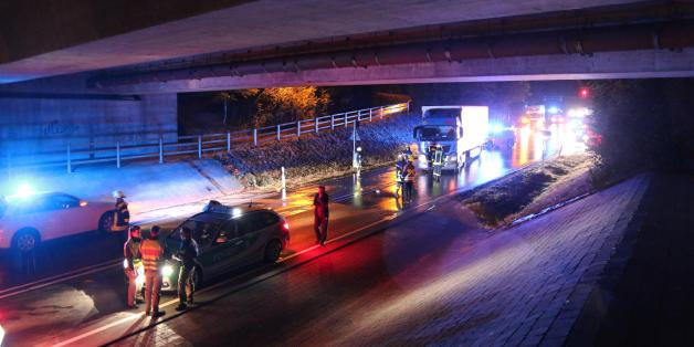 Gaffer werden auch hier nicht bedient: Ein Polizeieinsatz unter einer Brücke (Symbolbild)