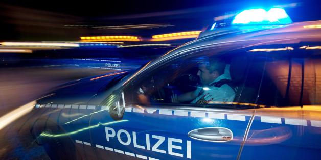 Mitten in der Nacht: Völlig unvermittelt prügeln Unbekannte auf eine 25-Jährige ein