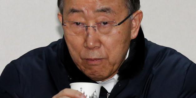 반기문 전 유엔 사무총장이 18일 오후 대구 서문시장 상가번영회 사무실을 방문해 상인들과 간담회에서 물을 마시고 있다.