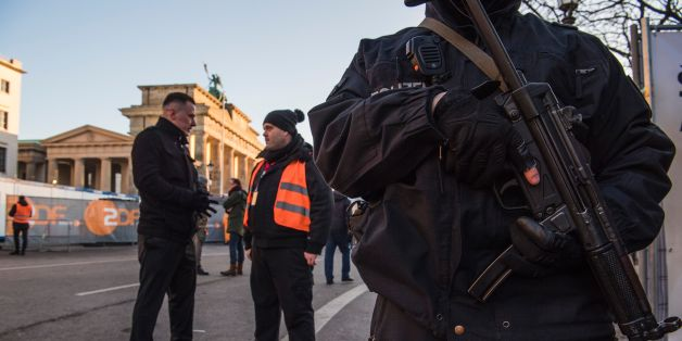 Ein Polizist mit Maschinenpistole vor dem Brandenburger Tor
