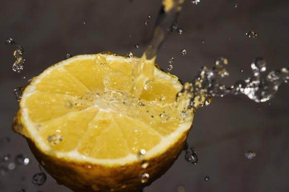 12 beneficios de beber agua con limón cada mañana