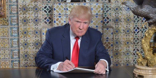 Das ganze Internet lacht über dieses Bild, was Trump beim Schreiben seiner Rede zeigt