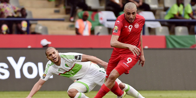 TOPSHOT - Algeria's midfielder Adlene Guedioura (L) challenges Tunisia's forward Ahmed Akaichi during the 2017 Africa Cup of Nations group B football match between Algeria and Tunisia in Franceville on January 19, 2017. / AFP / KHALED DESOUKI        (Photo credit should read KHALED DESOUKI/AFP/Getty Images)