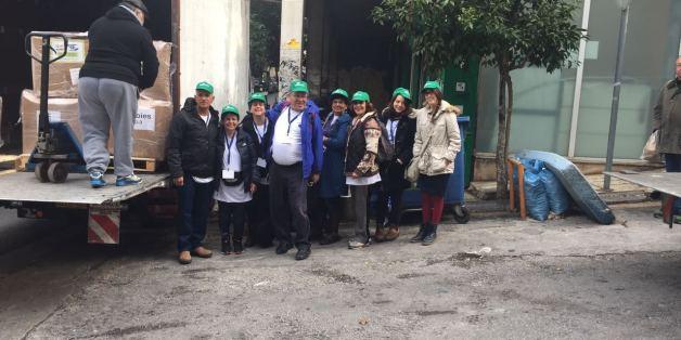Tα μέλη της αποστολής με την βοήθεια που συγκέντρωσαν για τους πρόσφυγες στην Ελλάδα