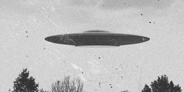 3d rendering of flying saucer ufo vintage style