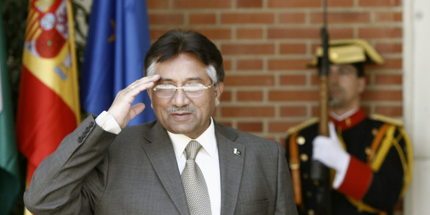 Pakistan's President Pervez Musharraf salutes as he is greeted by Spain's Prime Minister Jose Luis Rodriguez Zapatero (not pictured) before their meeting at Moncloa Palace in Madrid April 24, 2007.  REUTERS/Sergio Perez  (SPAIN)