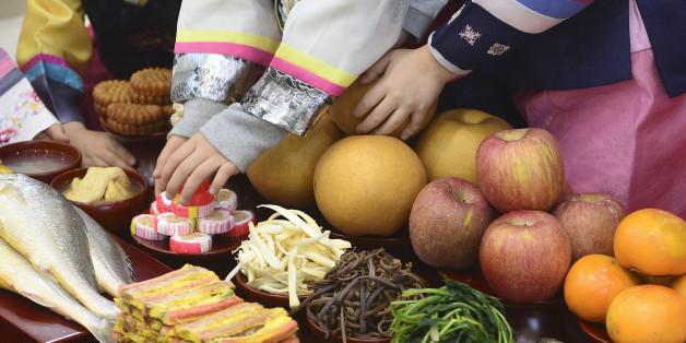 18일 오전 서울 서초구 농협하나로클럽 양재점에서 열린 차례상 차리기 행사에서 어린이들이 차례상 차리는 방법을 배우고 있다.