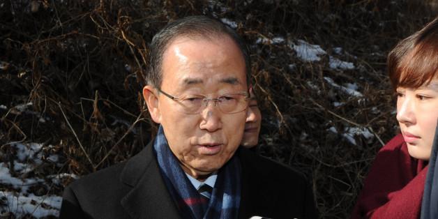 반기문 전 유엔사무총장이 설날인 28일 오전 충북 음성군 선친 묘소를 찾아 성묘한 뒤 취재진 질문에 답하고 있다.