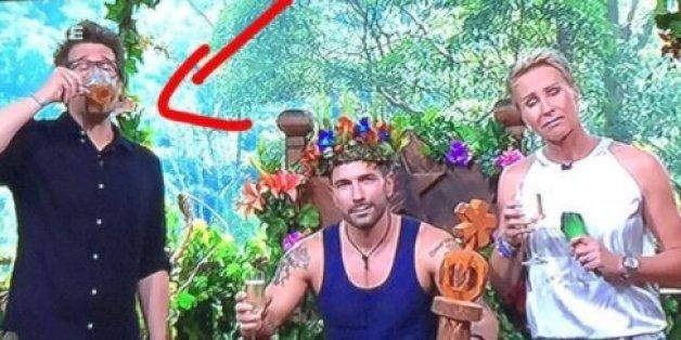 Während Marc den Dschungelthron besteigt, macht Moderator Daniel Hartwich das einzig Richtige