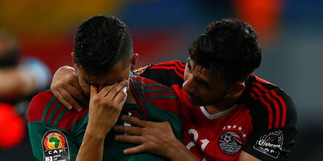 L'Égyptien Mahmoud Hassan réconfortant Faycal Fajr à la fin de la rencontre