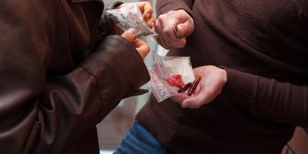 Drogenkonsumentin ruft Polizei an, weil ihr Dealer die Preise erhöht hat.