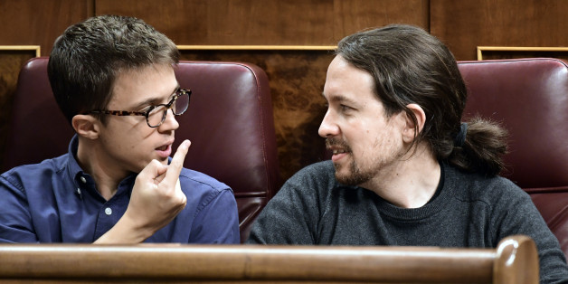 Podemos' leader Pablo Iglesias (R) looks at Podemos' representative Inigo Errejon at the Spanish Congress (Las Cortes) on October 26, 2016, in Madrid during the first day of the parliamentary investiture debate to vote through a prime minister.