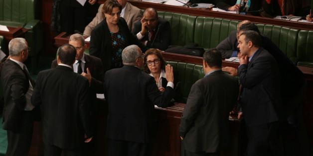 La ministre des Finances en discussion avec les députés à l'Assemblée des représentants du peuple