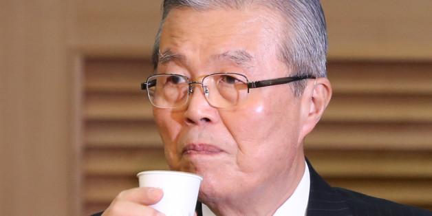 김종인 더불어민주당 전 비대위대표가 28일 서울 여의도 국회 의원회관에서 열린 재벌개혁과 경제민주화 토론회에서 물을 마시고 있다.