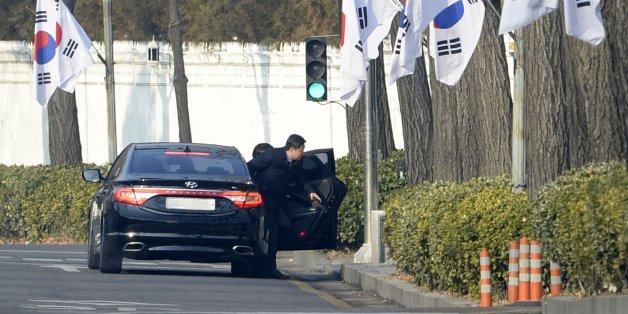 '박근혜·최순실 게이트'를 파헤치는 박영수 특별검사팀 특검보와 수사관들이 3일 오전 청와대 압수수색 영장 집행을 위해 차량에서 내리고 있다.