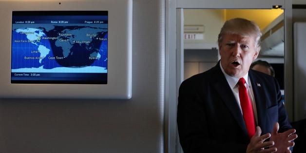 Le président américain Donald Trump parle aux journalistes à bord de l'Air Force One pendant son voyage à Palm Beach, en Floride, le 3 février 2017