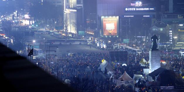4일 오후 서울 광화문 광장에서 열린 '박근혜 2월 탄핵, 황교안 사퇴, 공범세력 구속, 촛불개혁 실현' 박근혜정권퇴진비상국민행동 14차 범국민행동의 날 집회와 대한문에서 열린 보수단체 탄핵 반대 집회 사이에 경찰 차벽이 세워져 있다.