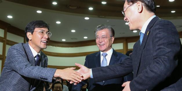 안희정 충남지사와 이재명 성남시장이 지난해 11월 국회 의원회관에서 인사를 나누고 있다.