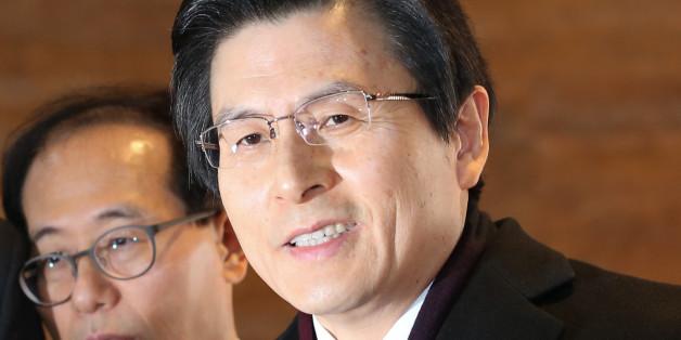 황교안 대통령 권한대행이 6일 서울 여의도 국회에서 열린 본회의에 츨석하기 위해 본청으로 들어서며 취재진의 질의에 답하고 있다.