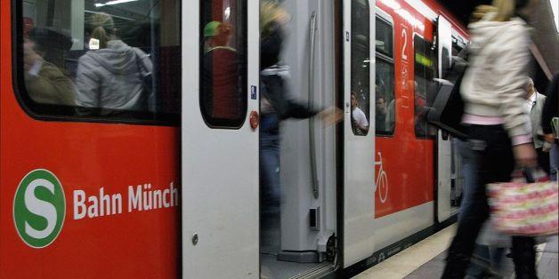 In einer S-Bahn in München hat ein Mann 18 Frauen belästigt