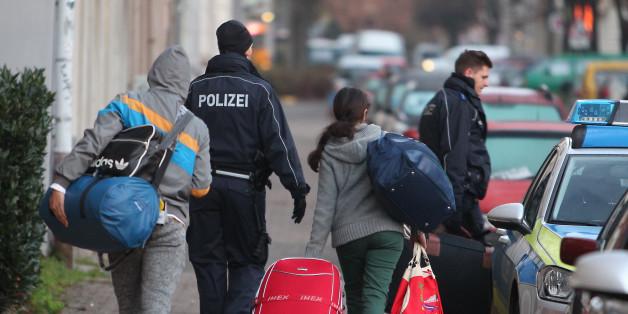 Ein Familie wird von Bundespolizisten zur Abschiebung begleitet