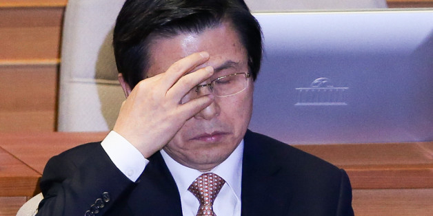 황교안 대통령 권한대행이 10일 서울 여의도 국회에서 열린 비경제분야 대정부질문에 출석해 생각에 잠겨 있다.