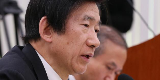 윤병세 외교장관이 13일 서울 여의도 국회에서 열린 외교통일위원회 전체회의에서 의원들의 질의에 답변하고 있다.