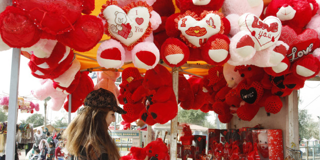 A woman shops for a Valentine's Day gift at Zawraa's amusement park in Baghdad, February 14, 2015.  REUTERS/Khalid al-Mousily (IRAQ - Tags: SOCIETY)