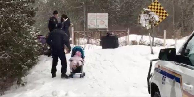 An Kanadas Grenze helfen zwei Beamte einer syrischen Flüchtlingsfamilie.