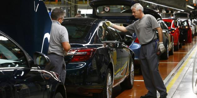 Arbeiter in einer Opel-Fabrik