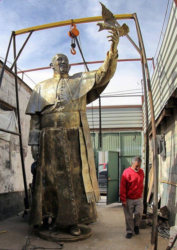 papa francisco escultura