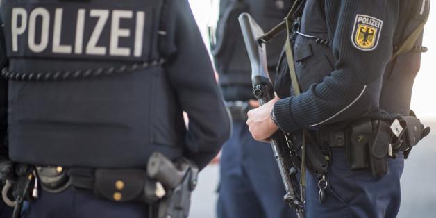 Die Polizei hat eine Ringfahndung begonnen, nachdem eine Frau auf offener Straße erschossen worden ist