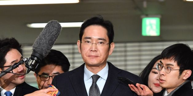 Lee Jae-yong (C), vice chairman of Samsung Electronics, arrives to be questioned as a suspect in a corruption scandal that led to the impeachment of South Korea's President Park Geun-Hye, at the office of the independent counsel in Seoul on February 13, 2017.  / AFP / POOL / JUNG Yeon-Je        (Photo credit should read JUNG YEON-JE/AFP/Getty Images)