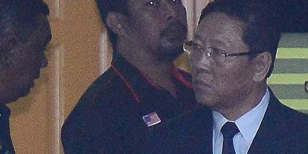 피습으로 숨진 북한 김정은 노동당 위원장의 이복형 김정남에 대한 부검이 진행된 15일 오후 말레이시아 쿠알라룸푸르 국립 병원 포렌식 센터에서 부검 참관을 마친 강철 주 말레이시아 북한 대사가 현지 경찰과 이야기를 나누고 있다 .