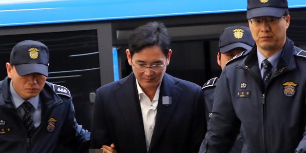 뇌물공여 등 혐의로 구속된 이재용 삼성전자 부회장이 18일 오후 호송차를 타고 서울 강남구 대치동 박영수 특검에 도착해 조사실로 향하고 있다.