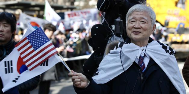 18일 오후 서울 광장 인근에서 열린 제13차 탄핵기각 총궐기 국민대회에서 서석구 변호사가 태극기를 흔들고 있다.