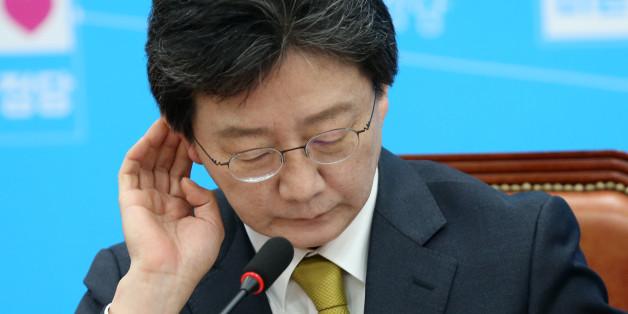 바른정당 대선주자인 유승민 의원이 16일 오전 서울 여의도 국회에서 열린 최고위원회 회의에서 자료를 보며 생각에 잠겨 있다.