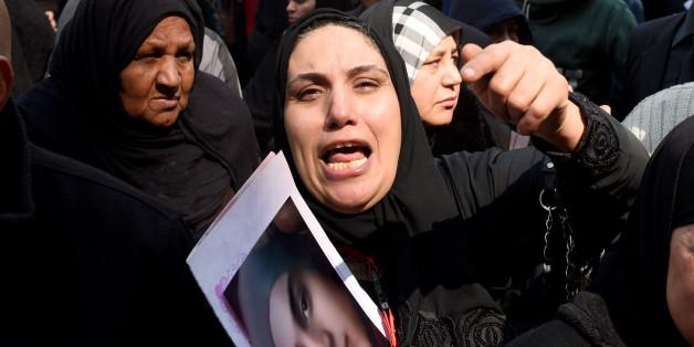 Les familles des victimes du massacre de Port Said réagissent devant le tribunal après l'annonce des condamnations à mort.