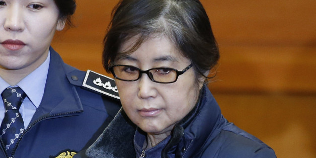 Choi Soon-sil (C), the woman at the centre of the South Korean political scandal and long-time friend of President Park Geun-hye, arrives for hearing arguments for South Korean President Park Geun-hye's impeachment trial at the Constitutional Court in Seoul on January 16, 2017.  Park was impeached by parliament last month over an influence-peddling scandal involving a secret confidante that sparked a storm of public fury and nationwide protests. / AFP / POOL / KIM HONG-JI        (Photo credit sh