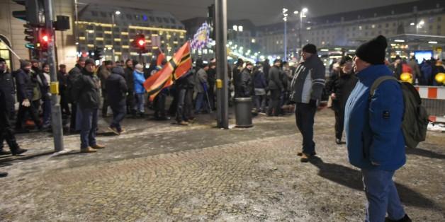 Pegida-Anhänger haben am Montag versucht, eine Sitzblockade von Gegendemonstranten aufzulösen