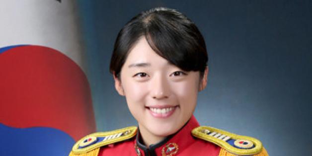 육군이 24일 오후 서울 노원구 육군사관학교 연병장에서 개최하는 '제73기 육사 졸업식'에서 국무총리상을 받는 김미소(22) 소위.