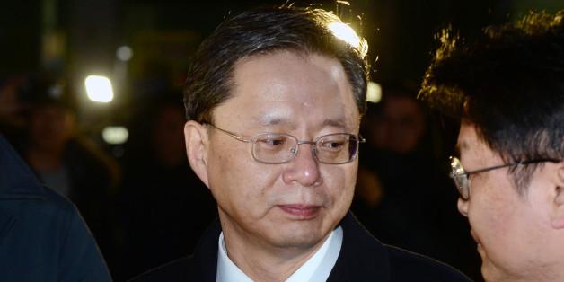 구속영장이 기각된 우병우 전 청와대 민정수석이 22일 오전 경기 의왕시 서울구치소에서 나와 기자들의 질문을 듣고 있다.