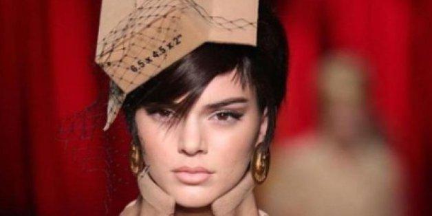 Kendall Jenner défile pour Moschino habillée en carton lors de la Fashion Week de Milan