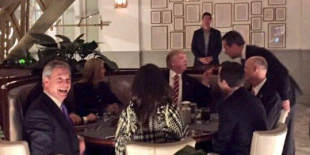 Trump trifft sich zum Abendessen mit Farage – das Foto des Treffen verrät ein unangenehmes Geheimnis