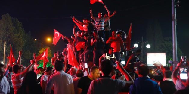 Aufrüstung, Einschüchterung, Verschwörungen: Der Türkei droht ein noch blutigerer Putsch als im letzten Sommer