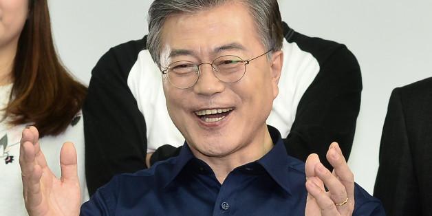 문재인 더불어민주당 전 대표가 26일 오후 서울 강남구의 한 스튜디오에서 국민경선 참여를 독려하는 캠페인 홍보영상을 촬영하고 있다.